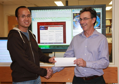 Prof. Jim Merriam presents a scholarship to Hoai Nam Vien at USask.